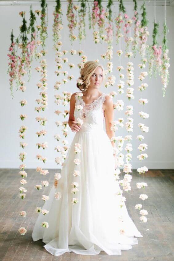 casamento decorado com cortina de flores brancas
