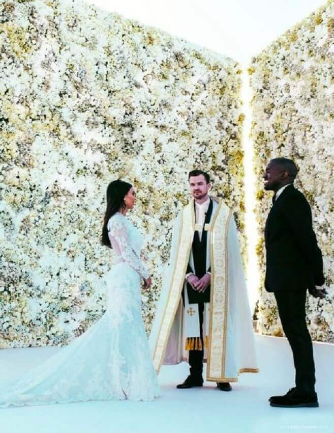 casamento decorado com painel de flores naturais