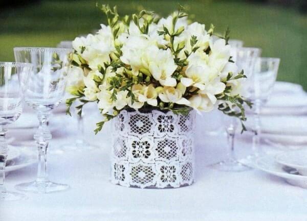Decore o centro da mesa com latas decoradas