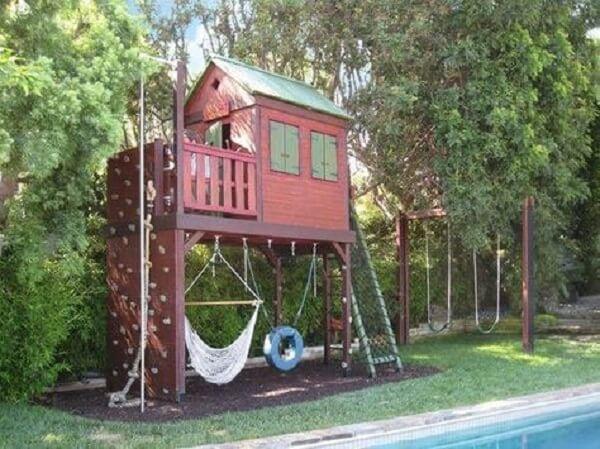 Aproveite o espaço embaixo da casa na árvore para incluir rede de descanso e balanço