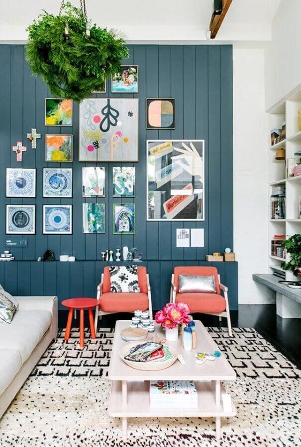 combinação de cores para sala com poltrona coral e tapete preto e branco Foto Beckers Maling