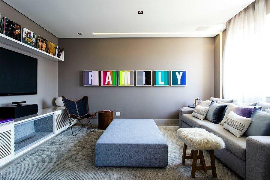 combinação de cores para sala com quadros coloridos Foto DecorSalteado