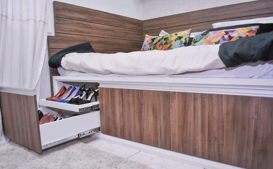 como organizar sapatos em cama com gavetas deslizante