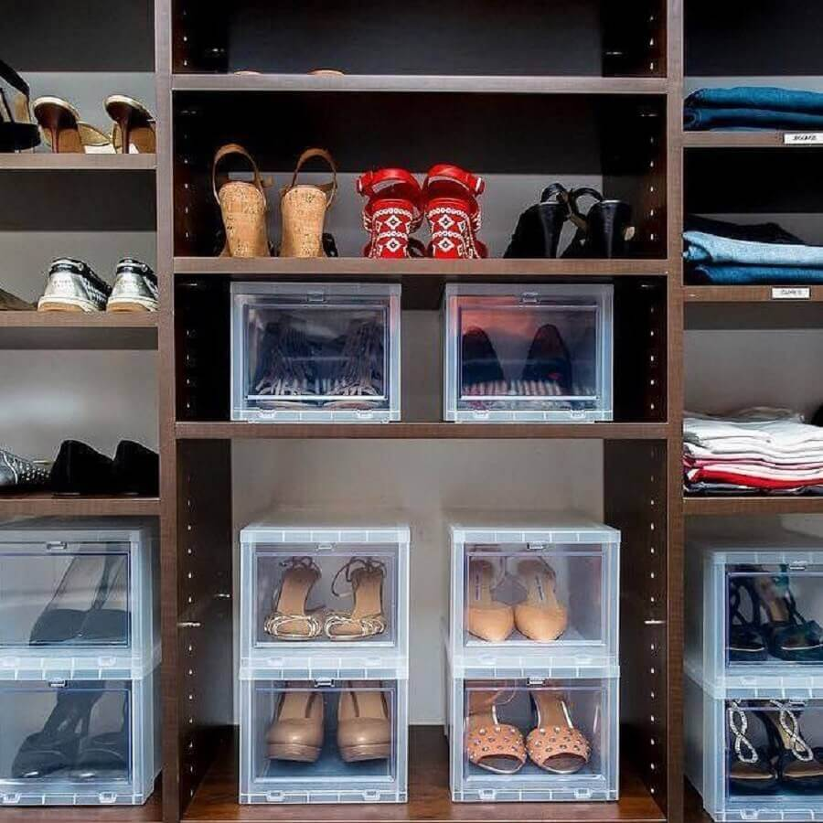 como organizar sapatos no guarda roupa com caixas transparentes