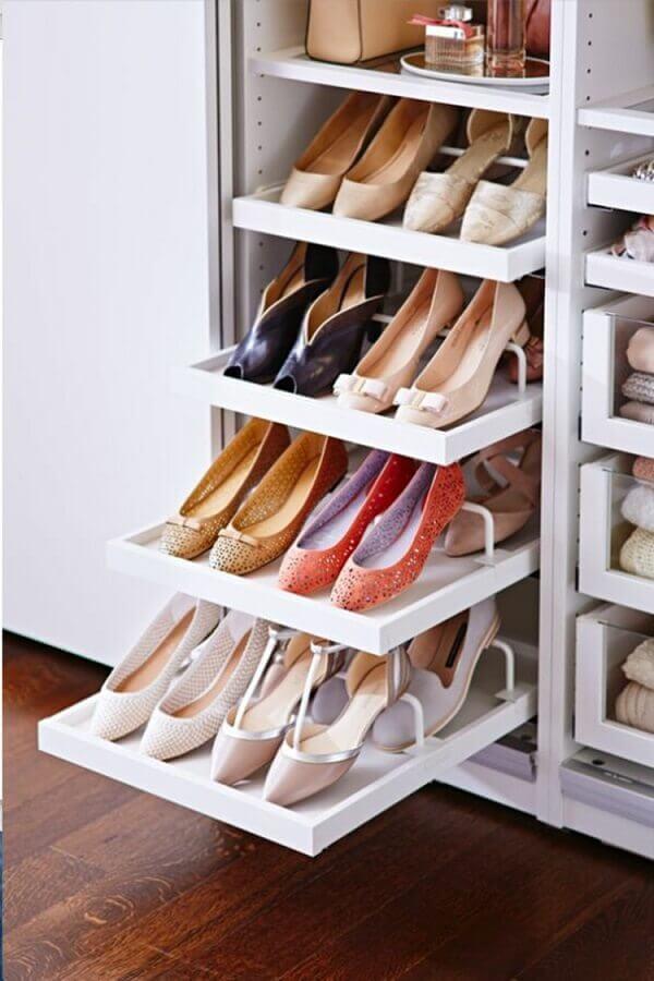 como organizar sapatos no guarda roupa em gavetas deslizante