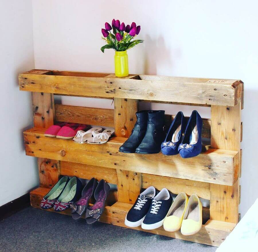 como organizar sapatos usando pallets