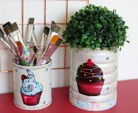 Utilize latas decoradas para organizar materiais em casa