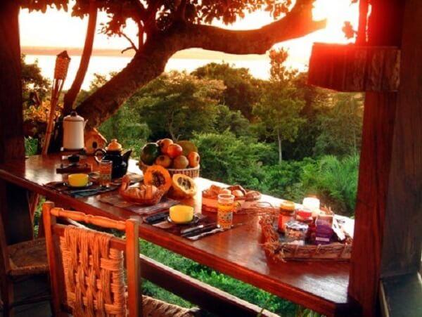 O café da manhã pode ser muito mais especial quando realizado dentro da casa na árvore