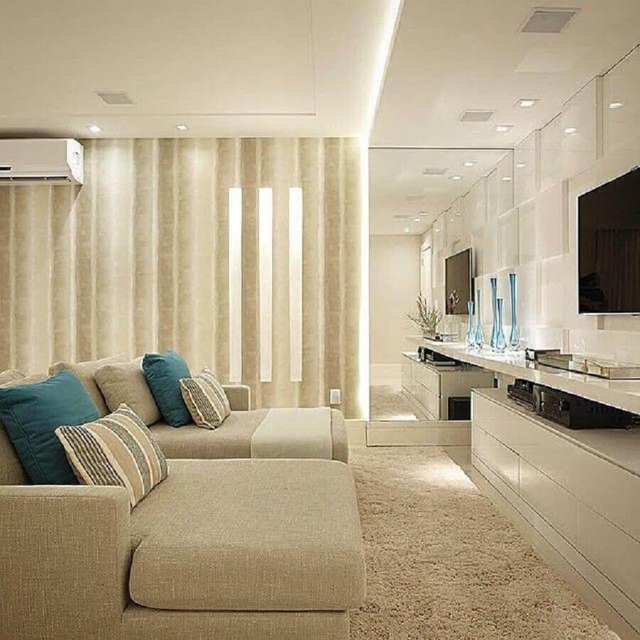 cor bege claro para sala com parede espelhada