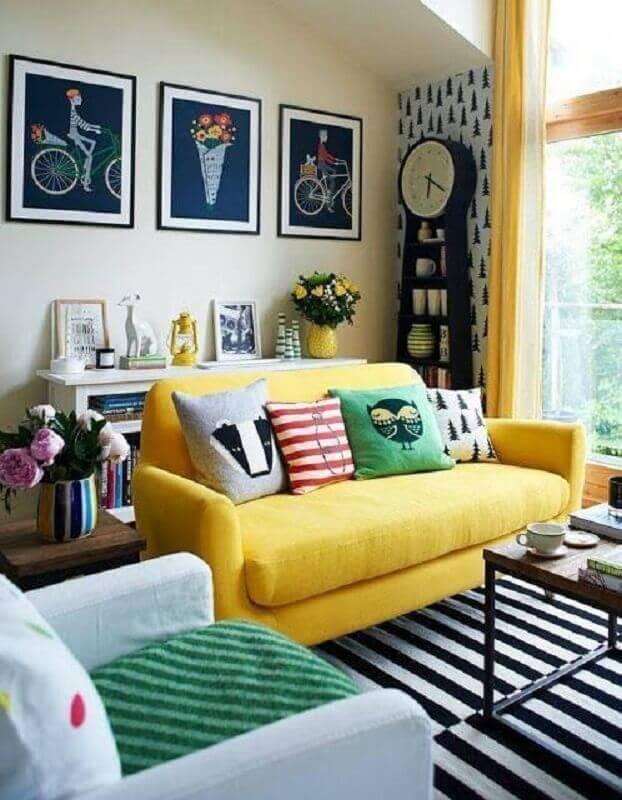 cores de parede para sala com sofá amarelo e tapete preto e branco Foto Brit + Co