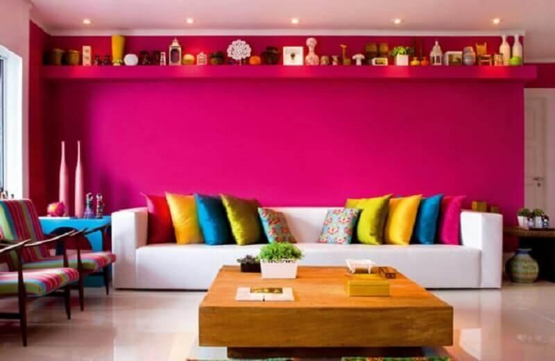 cores de parede para sala com sofá branco e almofadas coloridas Foto Aaron Guide