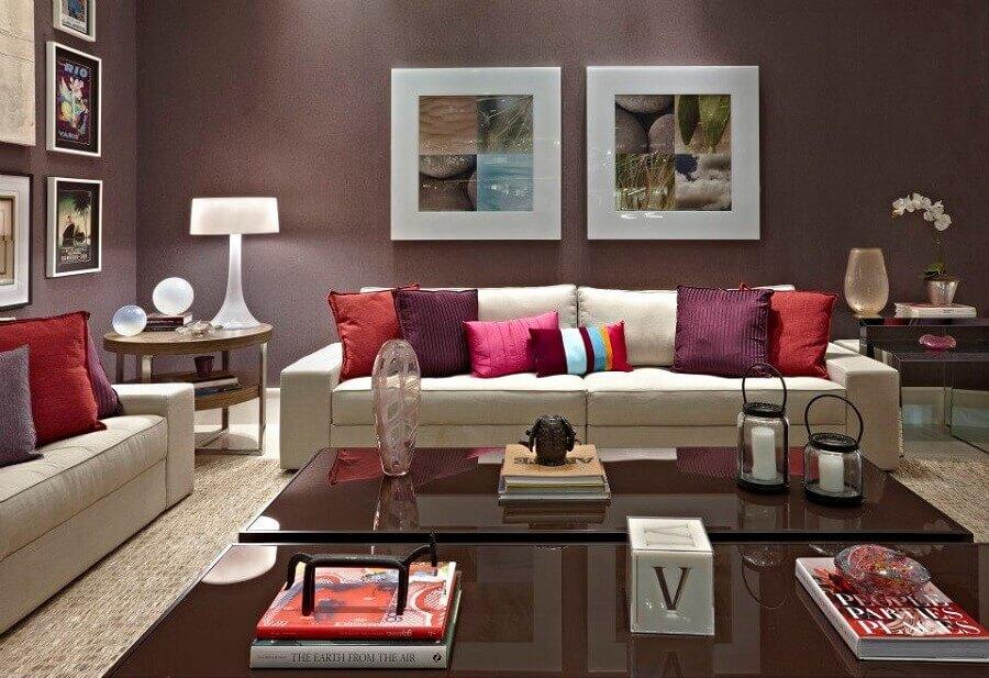 cores de tintas para sala com várias almofadas e quadros na parede Foto Architectural Design