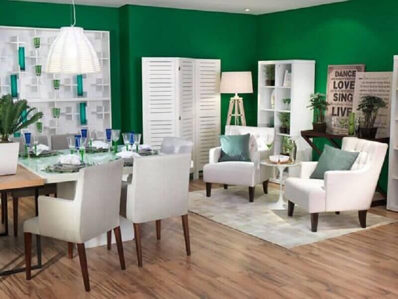 cores para sala - sala de estar com paredes verdes e móveis brancos Foto Dudico