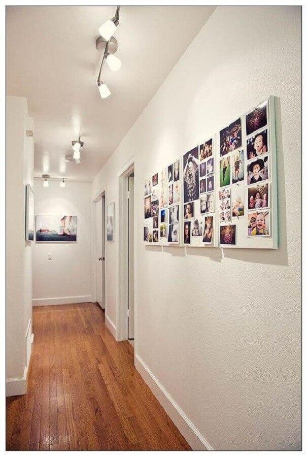 corredor decorado com painel de fotos