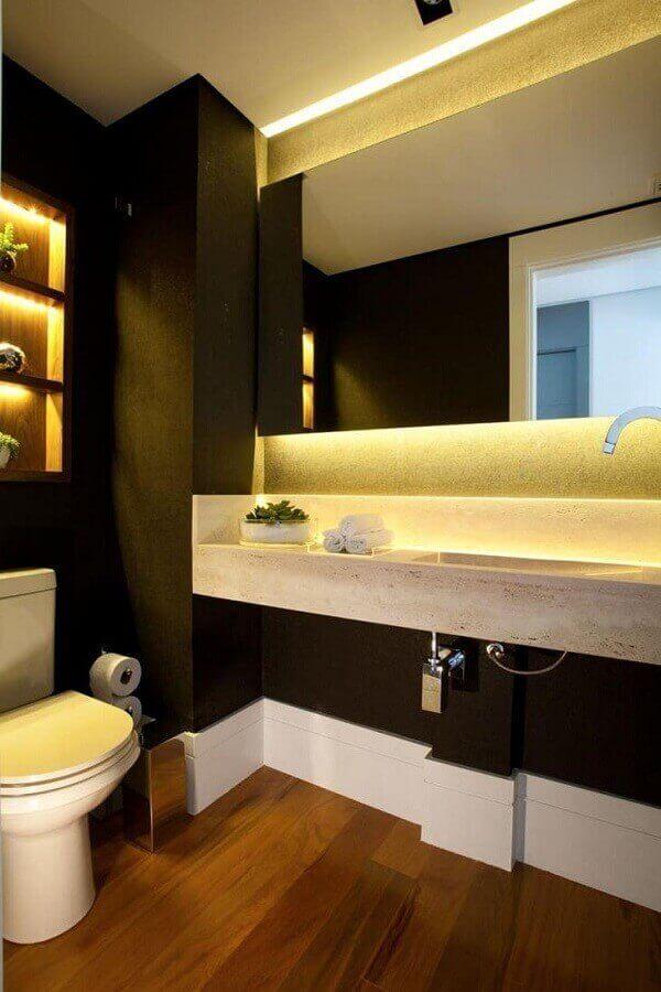decoração banheiro com paredes pretas piso de madeira e bancada em mármore travertino - Foto Liliana Zenaro
