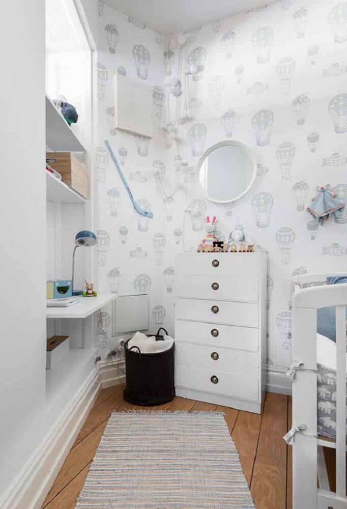decoração clean com espelho redondo para quarto de bebê simples e pequeno