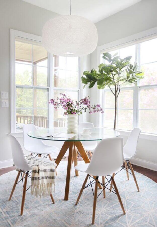 decoração clean com mesa redonda de vidro com base de madeira Foto Home Fashion Trend