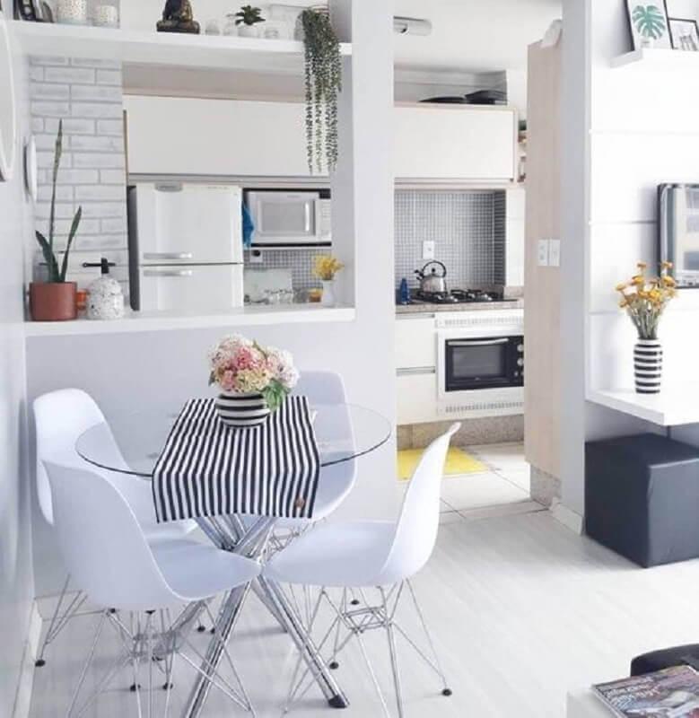 decoração clean com mesa redonda de vidro pequena  Foto Apartment Therapy