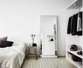 decoração clean e minimalista com espelho grande para quarto apoiado no chão
