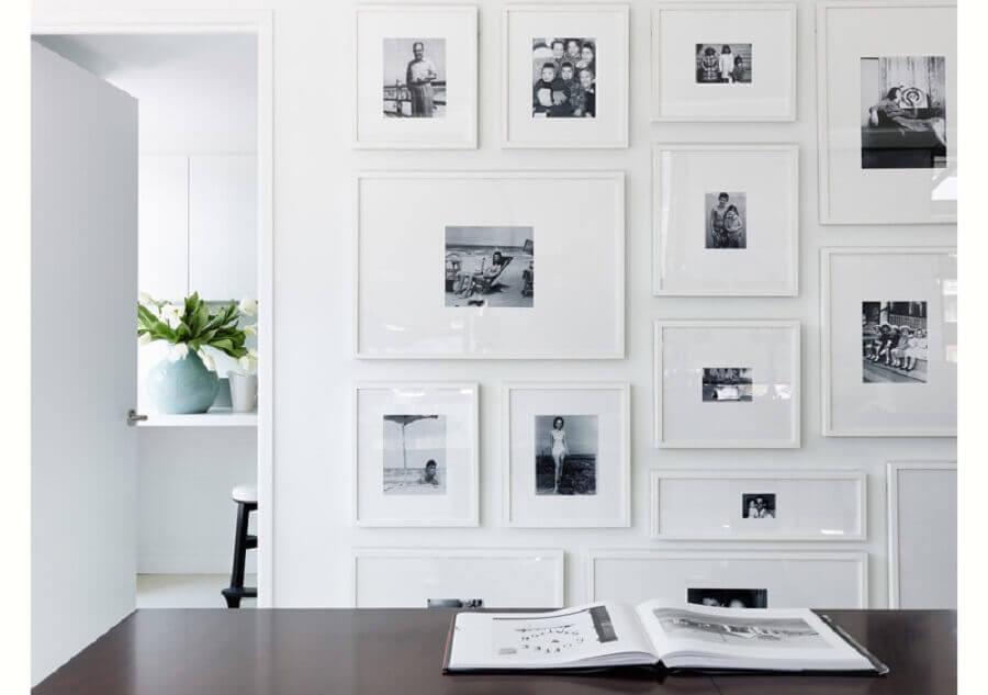 decoração clean e minimalista com mural de fotos na parede