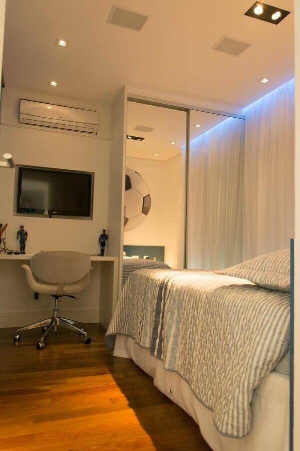 decoração clean para quarto com guarda roupa solteiro com espelho e portas de correr