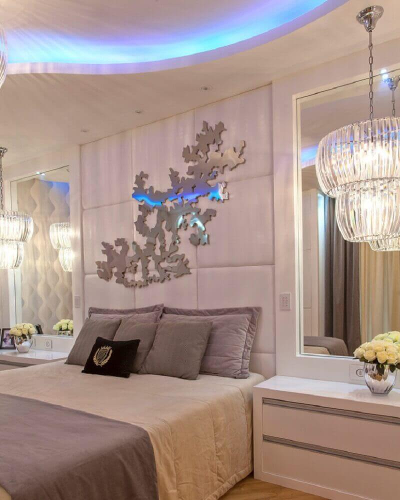 decoração com espelho para quarto e luminária sofisticada
