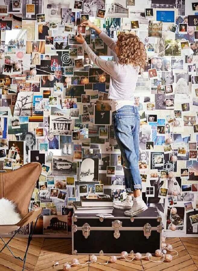 decoração com grande mural de fotos na parede