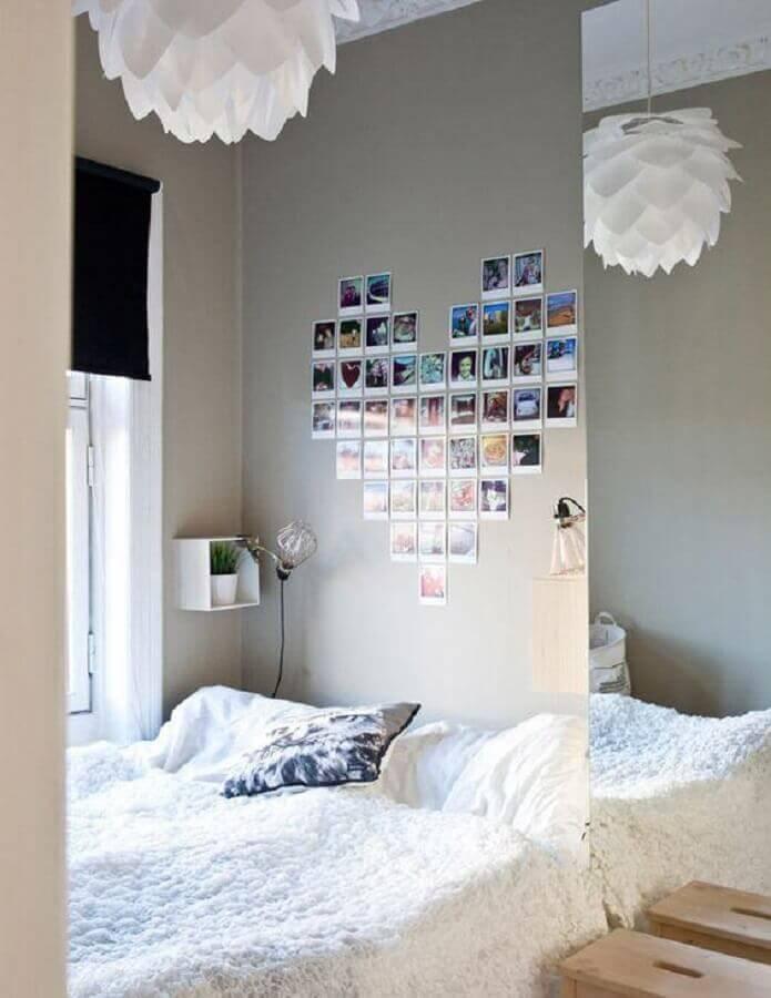 decoração com mural de fotos para quarto em formato de coração