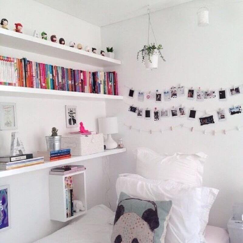 decoração com mural de fotos para quarto todo branco