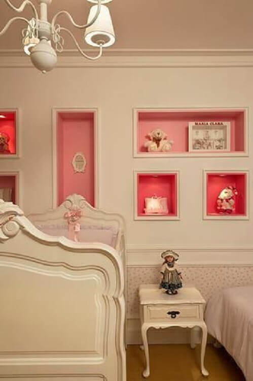 decoração com nicho para quarto de bebê pintados de rosa no fundo