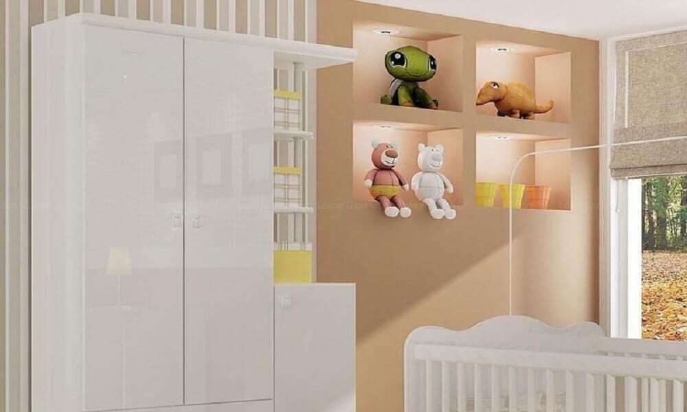 decoração com nichos para quarto de bebê com led e pelúcia