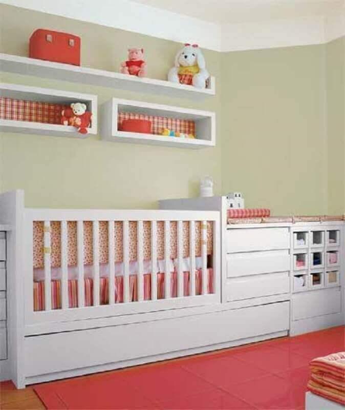 decoração com nichos para quarto de bebê com papel de xadrez no fundo