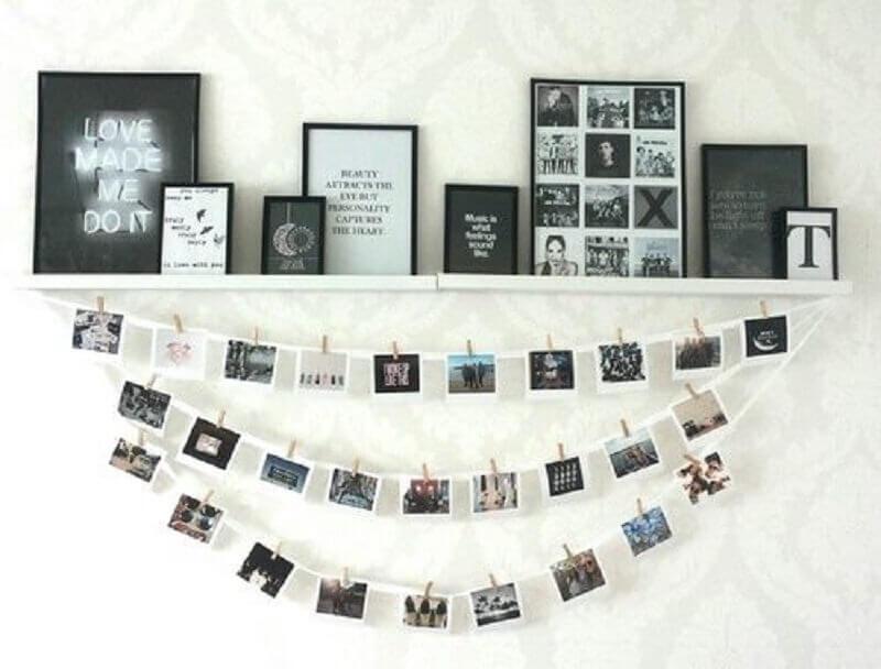 decoração com painel de fotos e prateleira para quadros