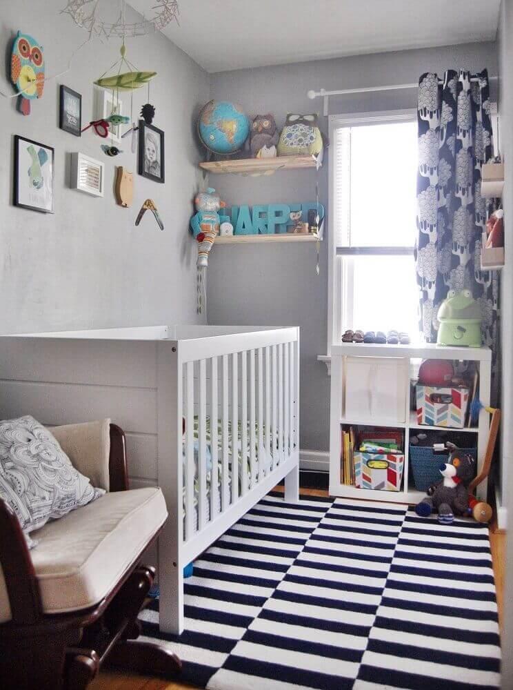 decoração com parede cinza e tapete listrado para quarto de bebê pequeno