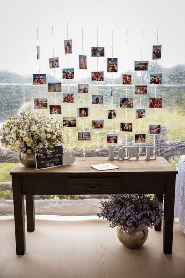 decoração de casamento rústico com mural de fotos