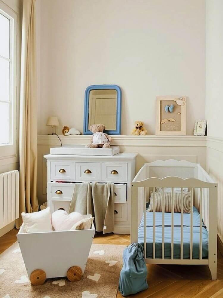 decoração delicada em tons neutros para quarto pequeno de bebê
