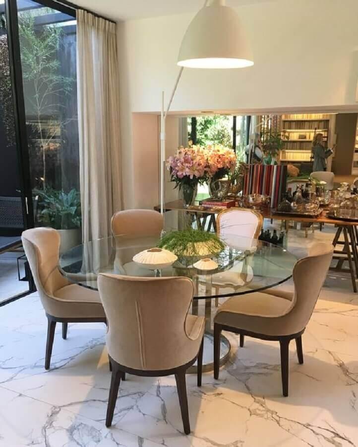 decoração em cores neutras para sala de jantar com mesa redonda de vidro Foto Living Gazette
