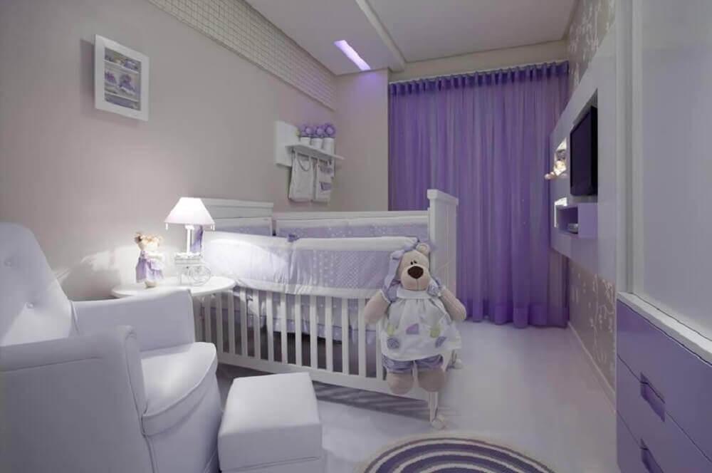 decoração em tons de branco e lilás para quarto de bebê pequeno