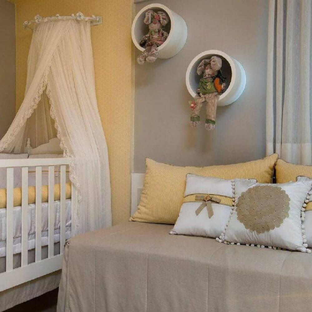 decoração em tons de cinza e amarelo para quarto de bebê com nicho redondo