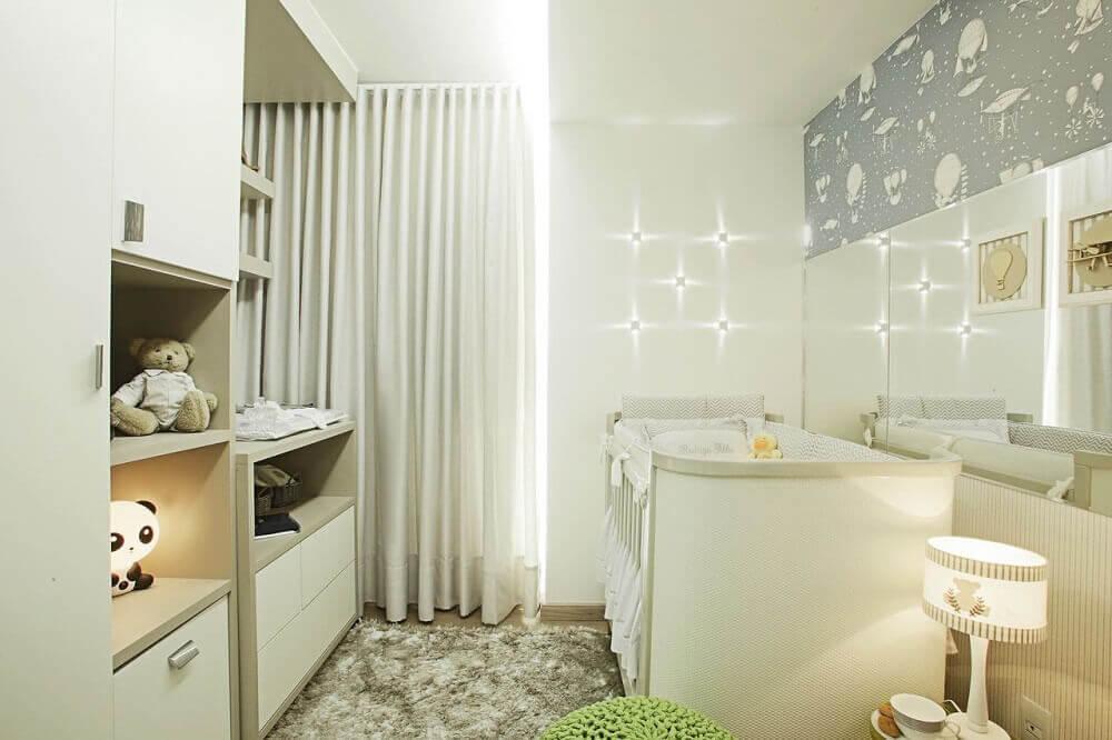 decoração em tons neutros para quarto de bebê pequeno planejado