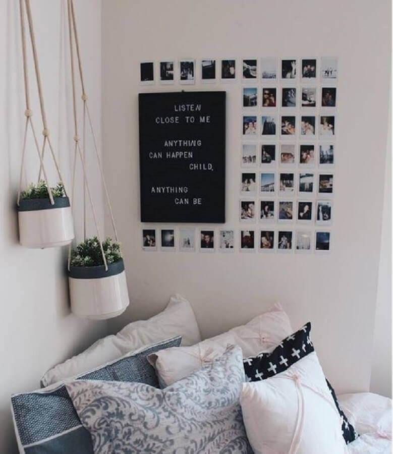 decoração escandinava com mural de fotos para quarto e vasos brancos