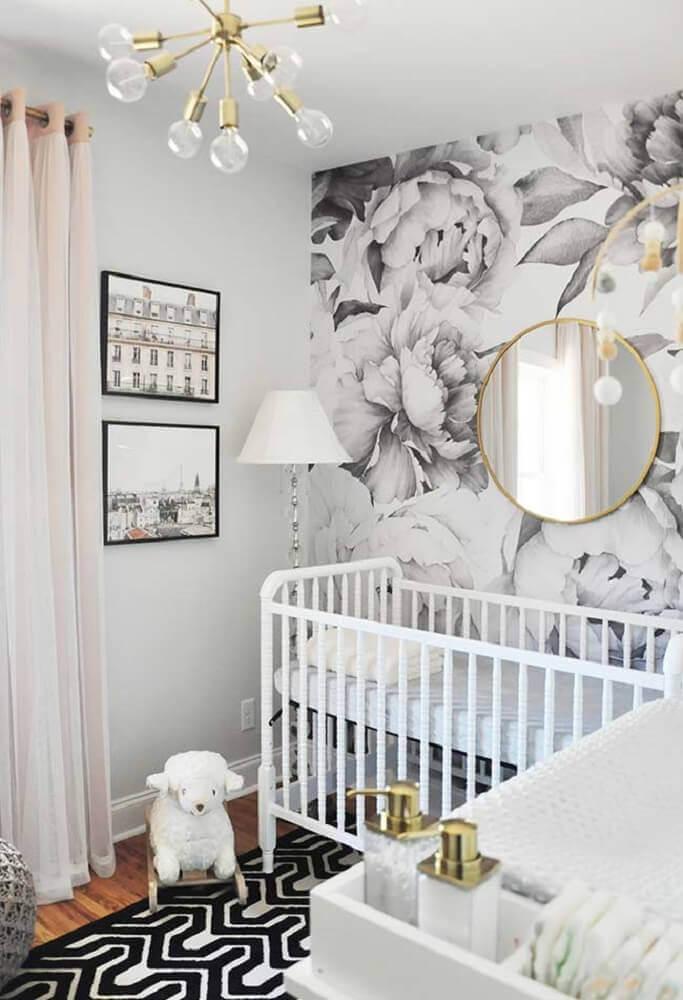 decoração moderna para quarto de bebê pequeno com papel de parede floral e espelho redondo