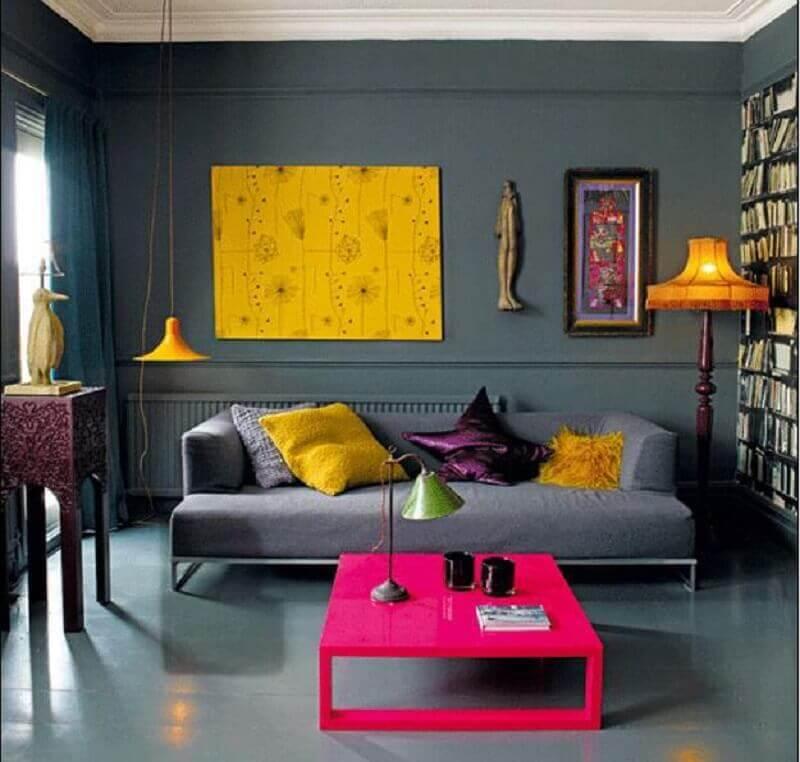 decoração moderna para sala cinza com detalhes em amarelo e pink Foto Delícia de Morar