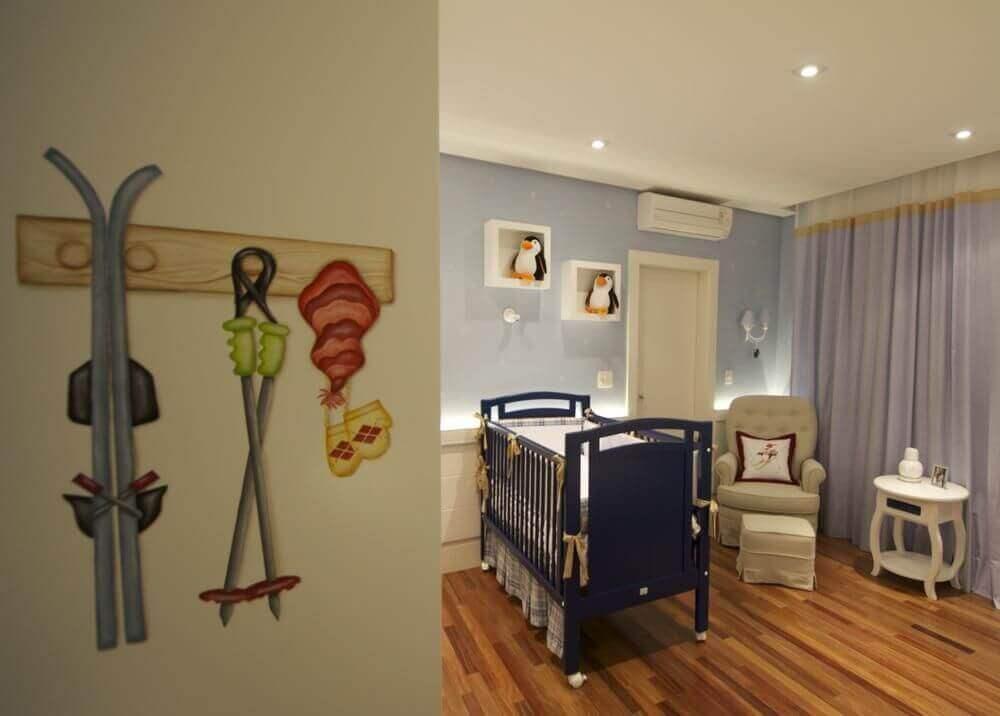decoração para quarto de bebê azul e berço azul marinho e nichos com pinguim