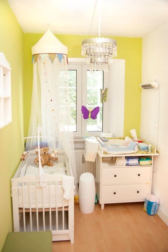 decoração para quarto pequeno de bebê com parede amarela