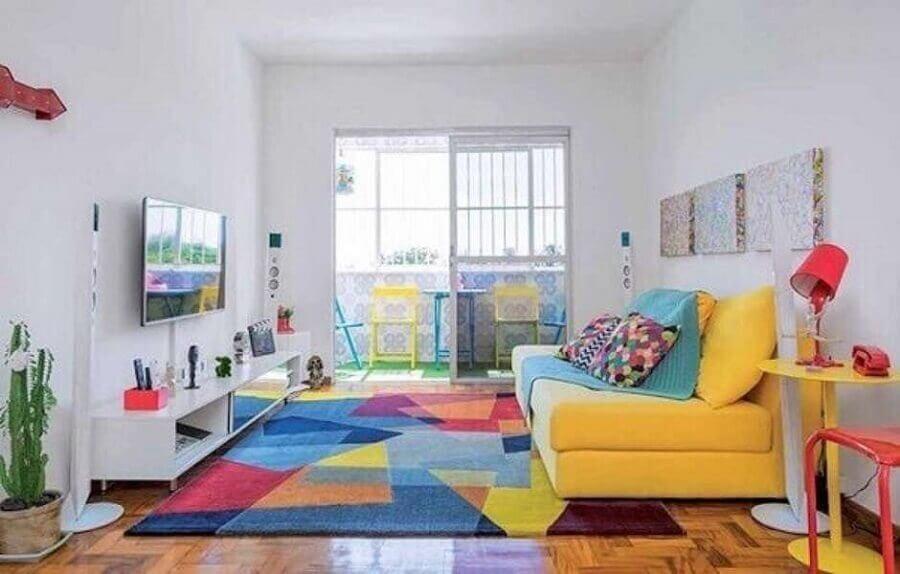 decoração para sala de estar com sofá amarelo e tapete colorido Foto Pinterest