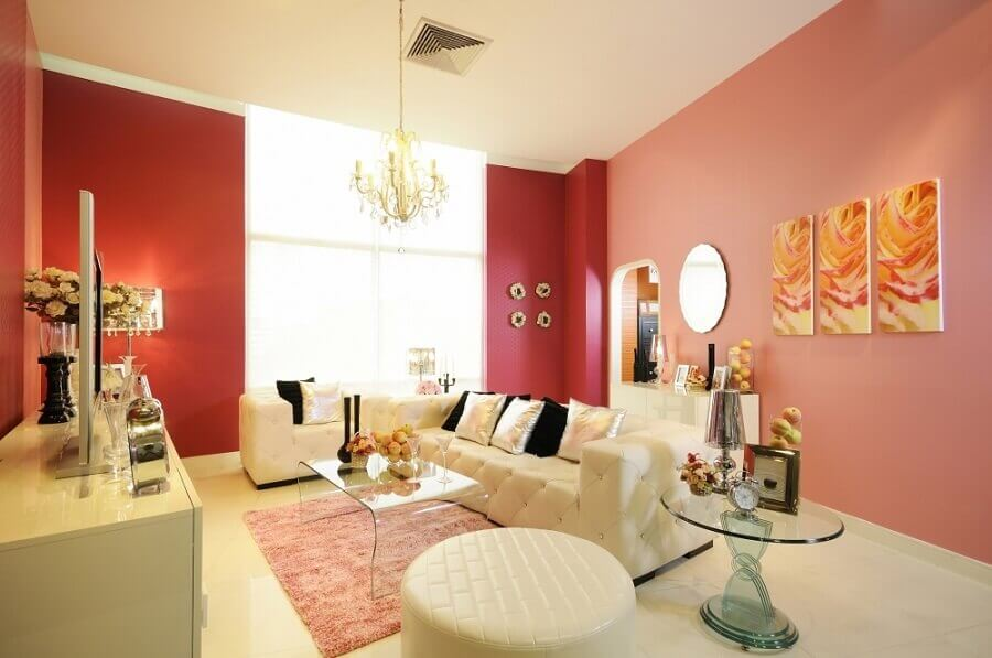 decoração para sala de estar com sofá branco e parede rosa Foto Eletro Tintas