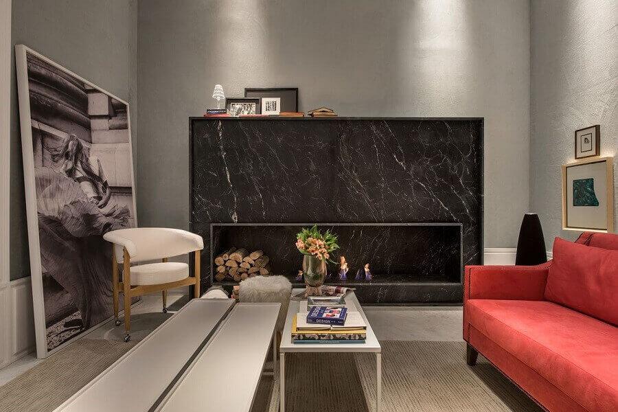 decoração para sala de estar sofisticada com quadro e lareira em mármore preto
