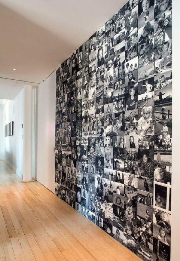 decoração preta e branca com mural de fotos na parede