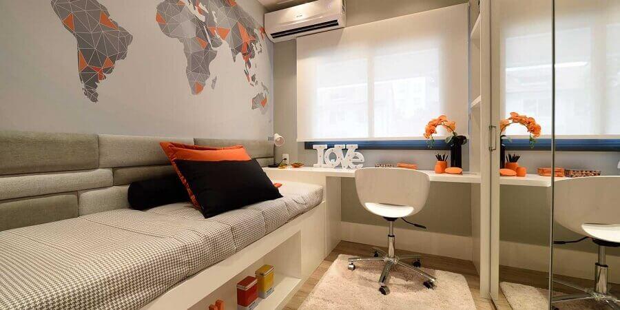 decoração quarto com adesivo de mapa e guarda roupa solteiro com espelho
